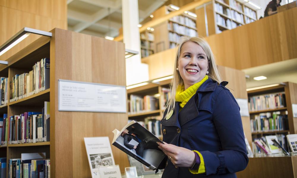 Mari Kousa-Kuusisto Turun pääkirjastossa.