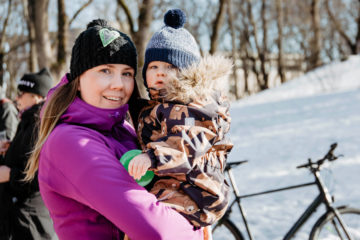 Mari pieni lapsi sylissään Turun Vartiovuorenmäellä Vihreiden talviriehassa helmikuussa.